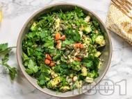 Рецепта Детокс салата с киноа, магданоз, авокадо, краставица и тиквичка